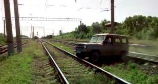 УАЗик застрял на железнодорожных путях.