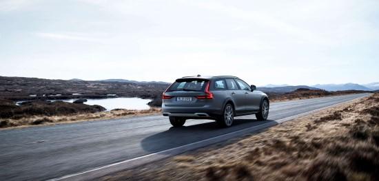 Точность управления - одно из достоинств Volvo V90 Cross Country.