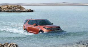 На фото Land Rover Discovery 5 во время преодоления водной преграды.