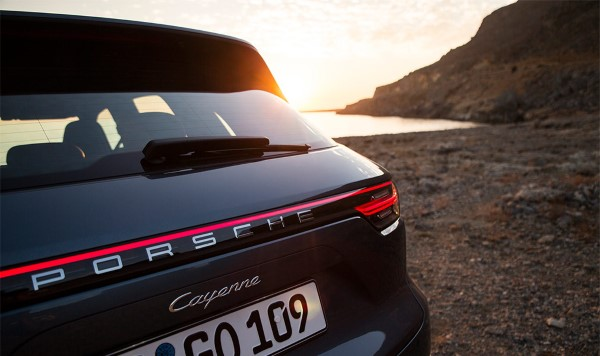 Машина Порше Кайен - на фото видна светодиодная полоска.