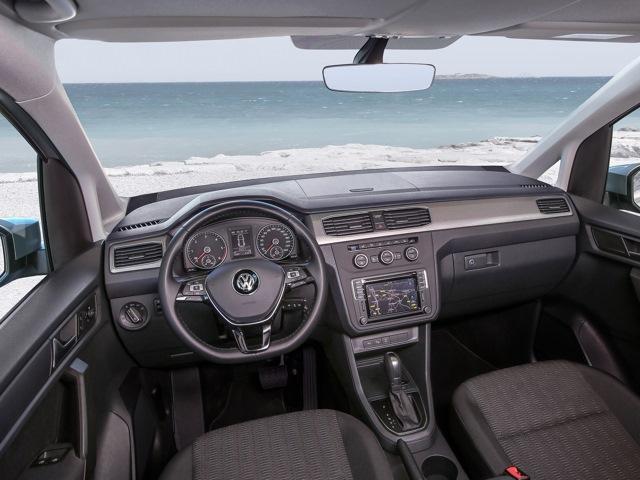 Фото автофургона Volkswagen Caddy Maxi - вид на водительское место.