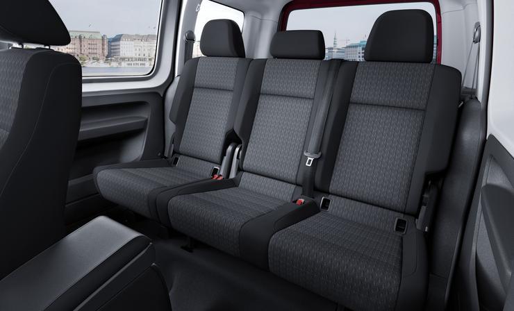 Фото второго ряда сидений автофургона Volkswagen Caddy Maxi.