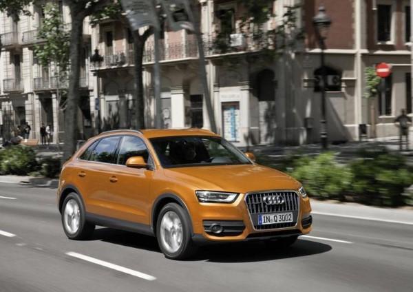 Фото обновленного Audi Q3 на улице.