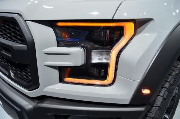Фото передних фар Ford F-150 Raptor.