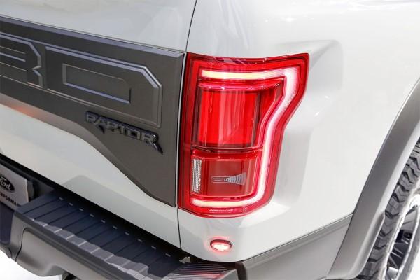 Фото задних фар Ford F-150 Raptor.