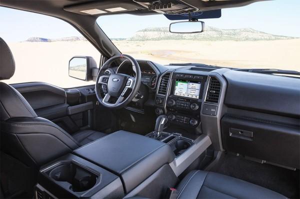 Фото салона и водительского места Ford F-150 Raptor.
