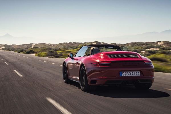 Фото купе-кабриолет Porsche 911 Carrera GTS - вид сзади.