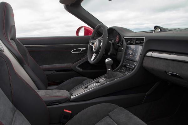 Фото купе-кабриолет Porsche 911 Carrera GTS - вид на место водителя.