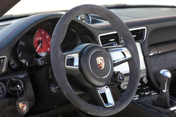 Фото купе-кабриолет Porsche 911 Carrera GTS - рулевой колесо.