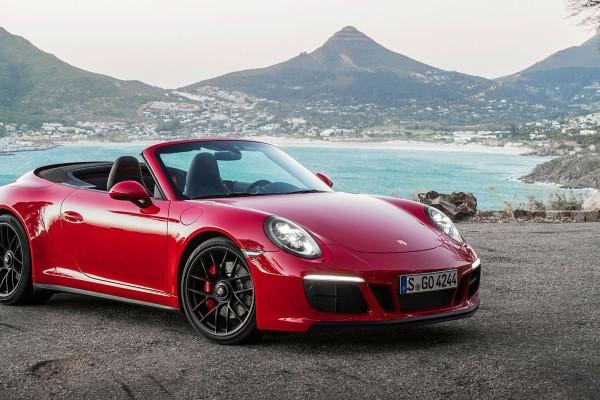 Фото купе-кабриолет Porsche 911 Carrera GTS - вид на автомобиль при сложенной крыше.