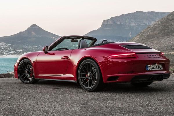 Фото купе-кабриолет Porsche 911 Carrera GTS - вид сзади при сложенной крыше.