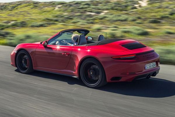 Фото купе-кабриолет Porsche 911 Carrera GTS - вид во время движения.