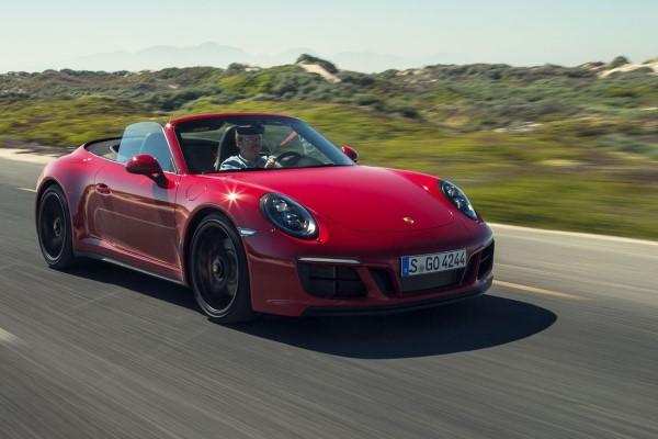 Фото купе-кабриолет Porsche 911 Carrera GTS сделанное по ходу тест-драйва.