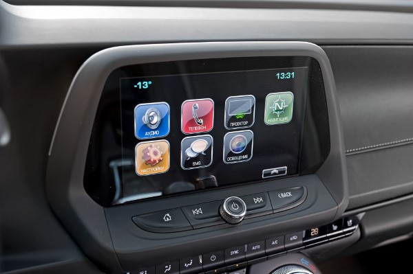 Экран мультимедийной системы Chevrolet Camaro.