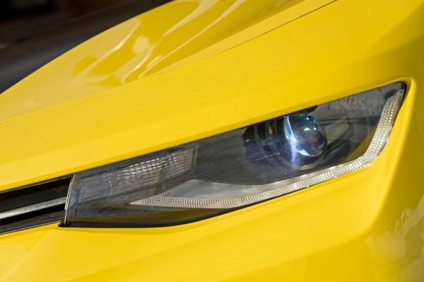 Фото передней фары Camaro.