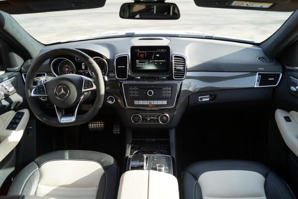 Место водителя Mercedes-AMG GLE 43 4matic SUV.