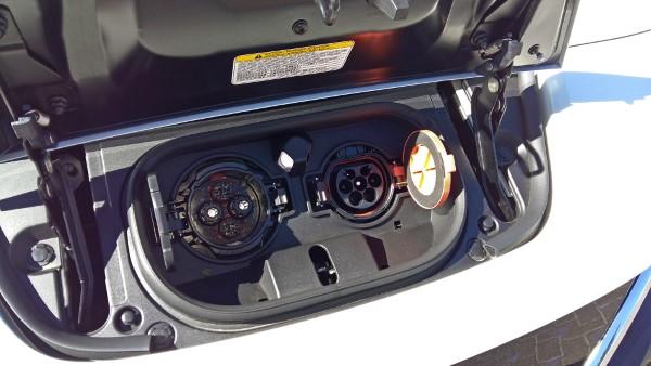 Фото зарядного разъема Nissan Leaf.