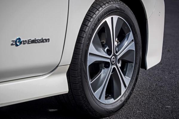 Шильдик на двери Nissan Leaf , подтверждение том, что это авто с нулевыми выбросами.