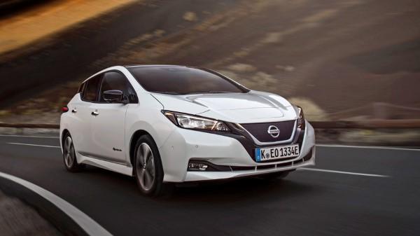 Nissan Leaf на горной дороге.