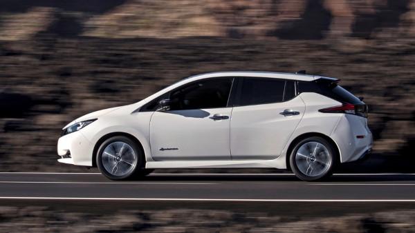 Фото Nissan Leaf в движении по дороге.