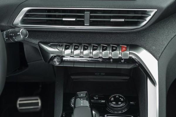 Фото Peugeot 5008 - кнопки выбора пунктов меню.
