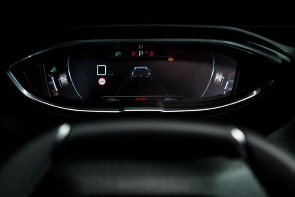 Фото Peugeot 5008 - вид на панель приборов.
