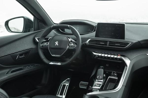 Фото Peugeot 5008 - вид на рулевое колесо.