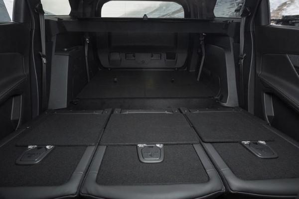 Фото Peugeot 5008 - вид со стороны открытого багажника