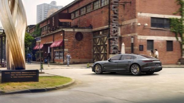 Фото Porsche Panamera Turbo Sport Turismo вид сбоку.