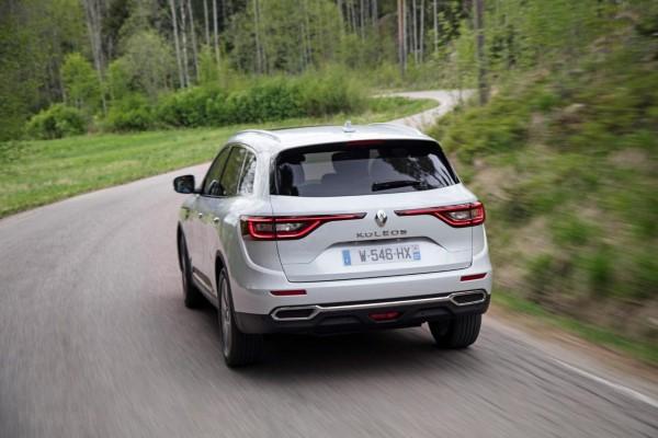 Фото Renault Koleos на трассе.