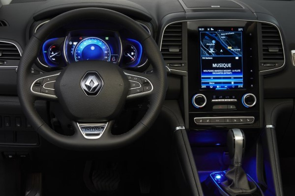 Фото рулевого колеса и приборной панели Renault Koleos.