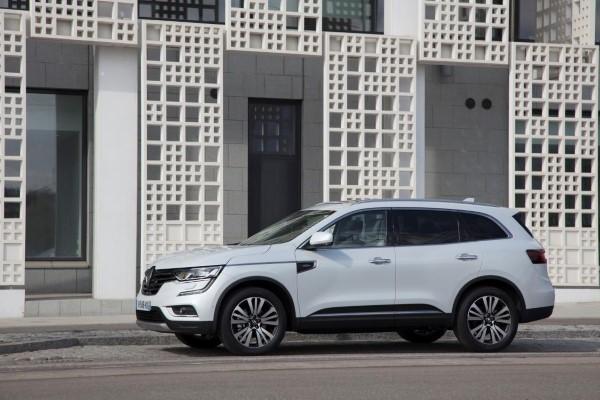 Фото Renault Koleos припаркованного на улице.