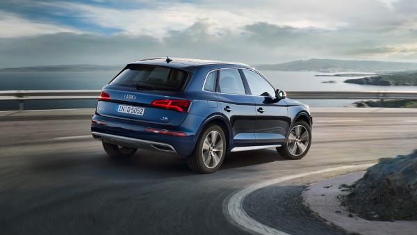 В поворотах Audi Q5 хорошо держит дорогу.