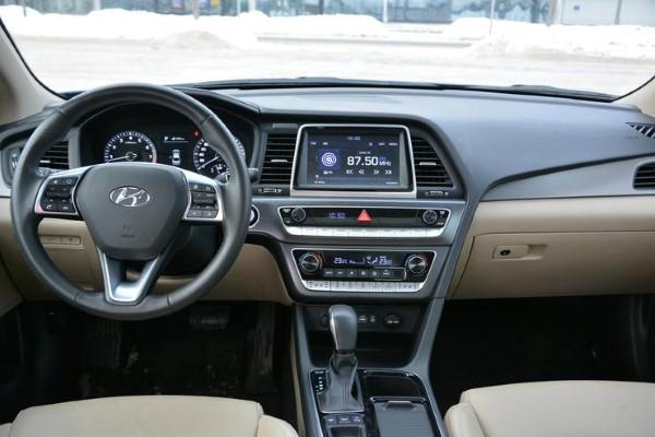 Фото рабочего места водителя Hyundai Sonata.