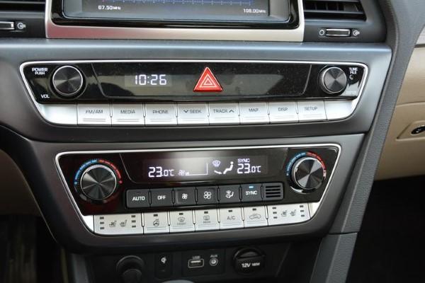 Фото блока кнопок управления новой Hyundai Sonata - вид сбоку.