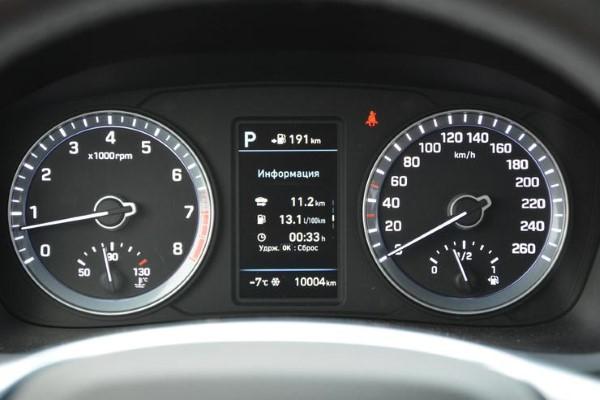 Фото панели приборов Hyundai Sonata - вид сбоку.