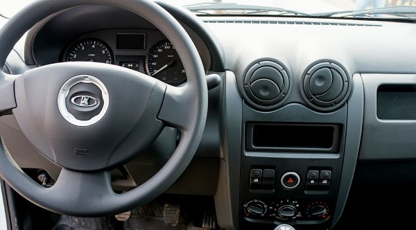 Фото Lada Largus фургон - вид на центральную консоль.