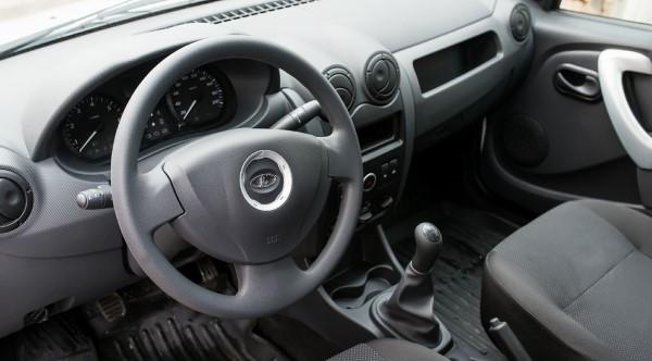 Фото рулевого колеса и водительского места Lada Largus фургон.