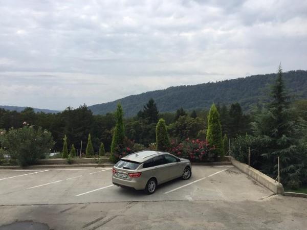 На фото Lada Vesta SW хорошо видна покатая крыша.