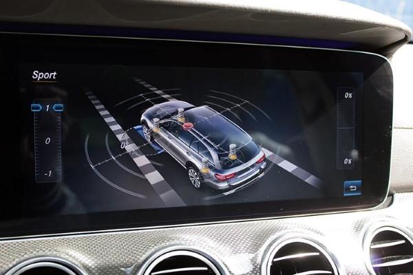 Экран мультимедийной системы Mercedes-Benz E-Class All-Terrain.