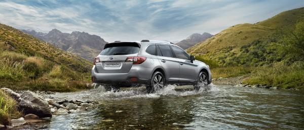 На фото Subaru Outback 2018 преодолевает водную преграду.
