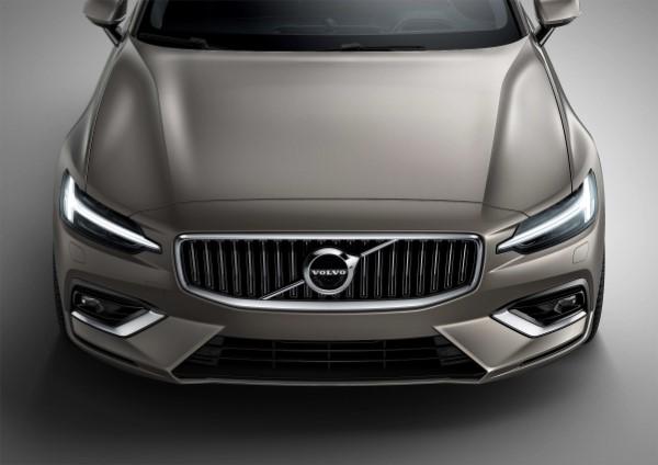 Фото Volvo XC60 - вид на капот.