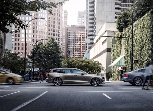 Фото Volvo XC60 - вид на фоне города.
