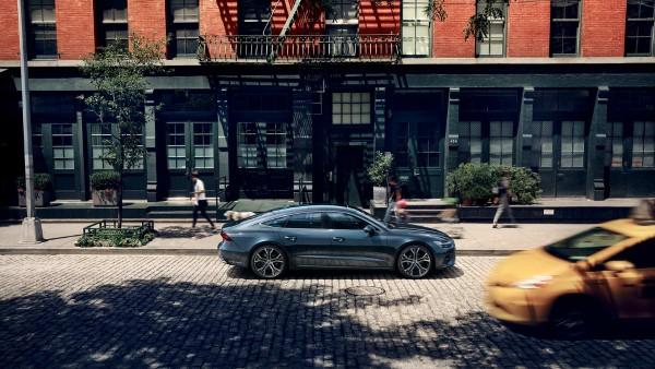 На фото четырехместное купе Audi A7 Sportback – вид на улице.