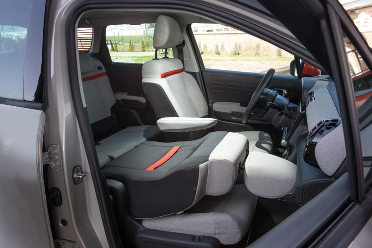 Фото сложенного переднего сиденья Citroen C3 Aircross.