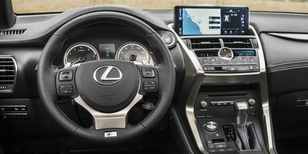 Фото Lexus NX300 - вид на водительское место.