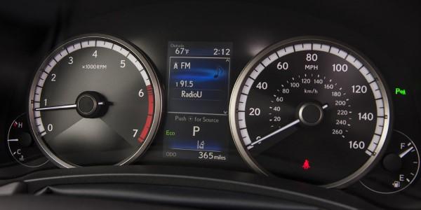 Фото Lexus NX300 - вид на приборную панель.
