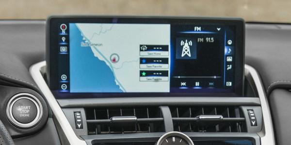 Фото Lexus NX300 - вид на экран мультимедийной системы.