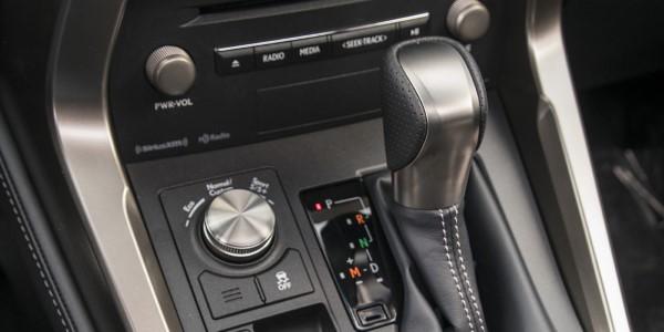 Фото Lexus NX300 - вид на переключатель режимов движения.