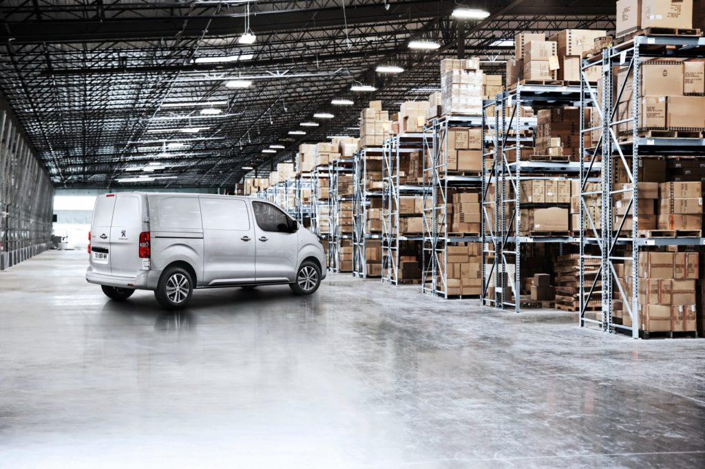 Peugeot Expert в складском помещении.
